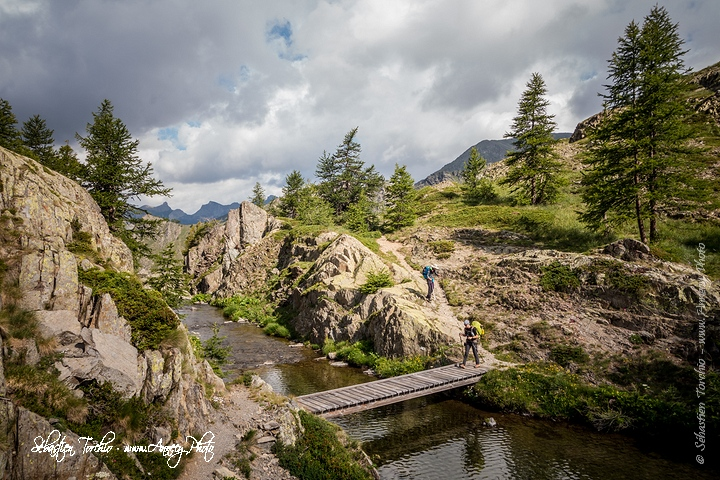 Quelques ponts et passerelles agrémentent la randonnée © Sébastien TORCHIO, www.Annecy.Photo