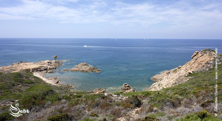 La Corse regorge de petites plages sauvages et désertes le long des sentiers de randonnée © Sébastien TORCHIO, www.Annecy.Photo