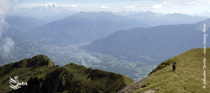 Randonneurs sur le Mont d'Armenaz (Bauges) - © Sébastien TORCHIO, www.Annecy.Photo