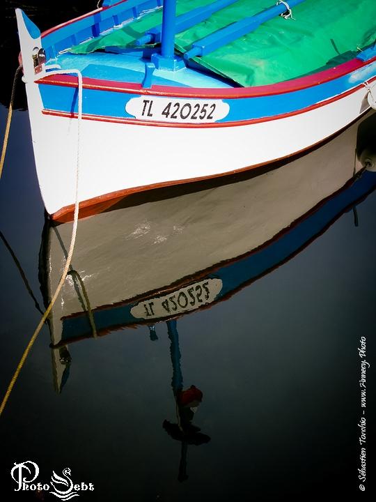 Bateau amaré dans le petit port du Poussaï