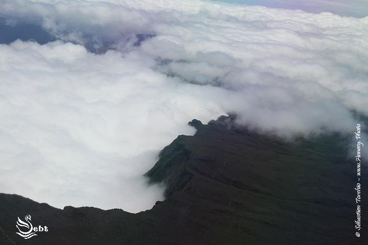 sous vos ailes, rien que vous, les nuages et la montagne © Sébastien TORCHIO - www.Annecy.Photo