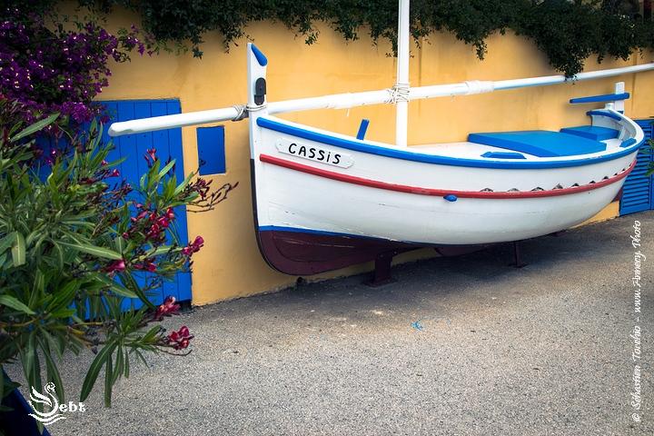 """Bateau """"déco"""" dans le centre de Cassis © Sébastien TORCHIO, www.Annecy.Photo"""