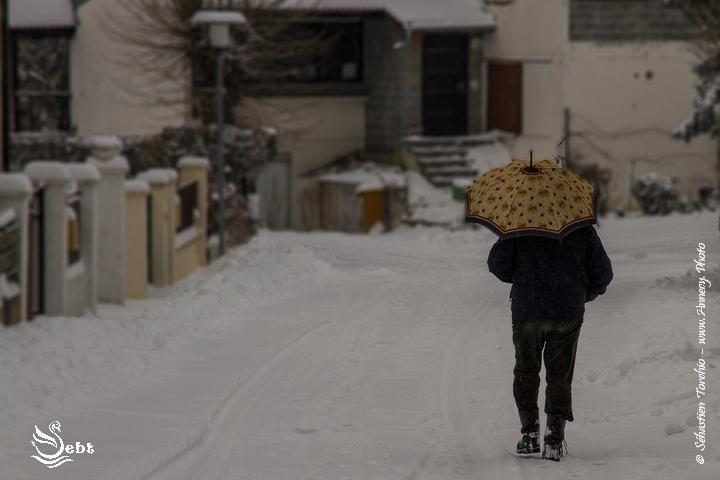 """Les rues enneigées n'ont pas entravées le rythme de """"vie"""" des habitants du village des Grenouilles © Sébastien TORCHIO, www.Annecy.Photo"""