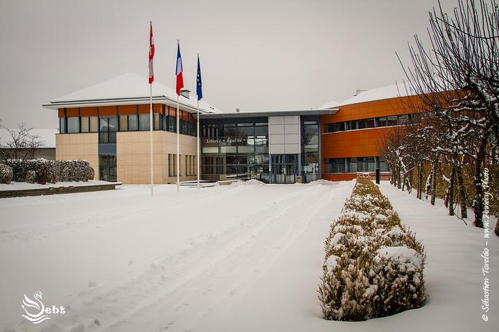 La mairie et son parvis sous son blanc manteau © Sébastien TORCHIO, www.Annecy.Photo