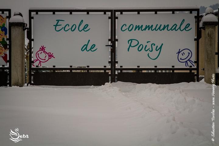 Portail de l'école communale de Poisy © Sébastien TORCHIO, www.Annecy.Photo