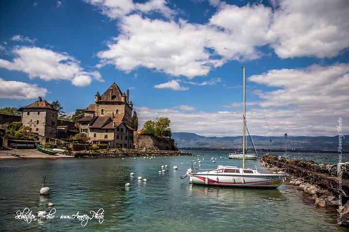 Le vieux port d' Yvoire sur le Lac Léman, dominé par le château © Sébastien TORCHIO, www.Annecy.Photo