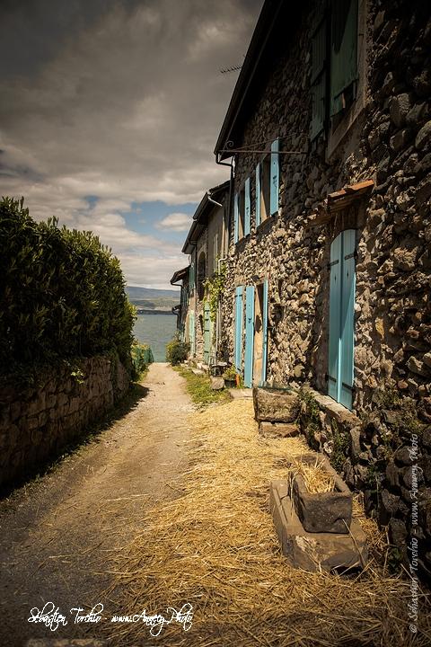 Ruelle menant au port du village médiéval d'Yvoire © Sébastien TORCHIO, www.Annecy.Photo