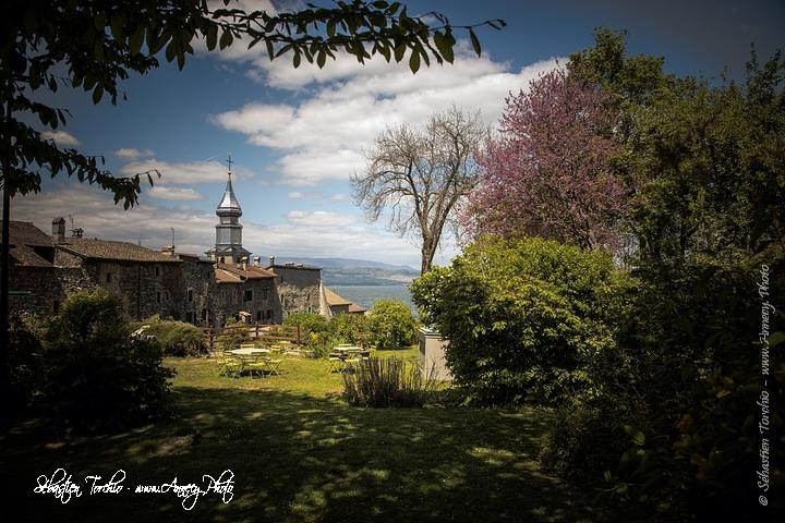 Parc et jardin avec vue sur le Lac Léman et le Clocher de la Cité médiéval d'Yvoire © Sébastien TORCHIO,