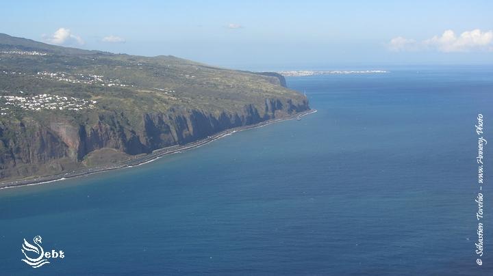 la route du littoral sépare l'océan indien des terres volcaniques © Sébastien TORCHIO - www.Annecy.Photo