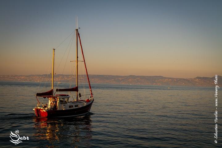 bateau de pêche à la sortie du port d'Evian © Sébastien TORCHIO, www.Annecy.Photo