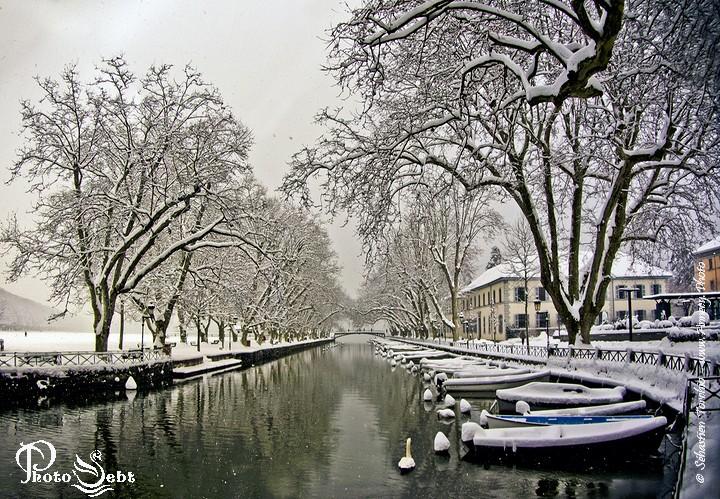 Vue hivernale du Canal du Vassé et du Pont des Amours d'Annecy - © Sébastien TORCHIO, www.Annecy.Photo