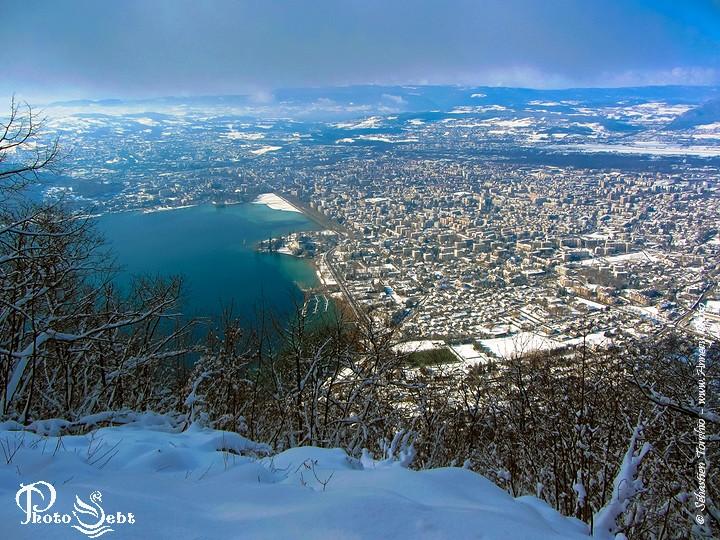 Panorama hivernal d'Annecy depuis le col des Sauts - © Sébastien TORCHIO, www.Annecy.Photo