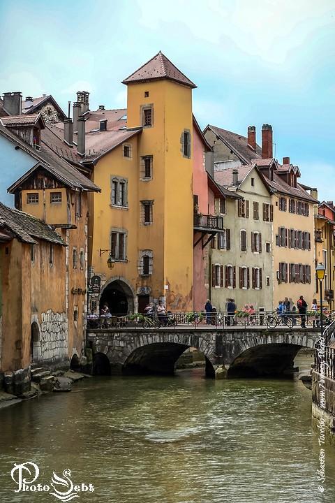 Façades colorées, vieilles bâtisses, canaux ... de la Vielle Ville d'Annecy © Sébastien TORCHIO - www.Annecy.Photo