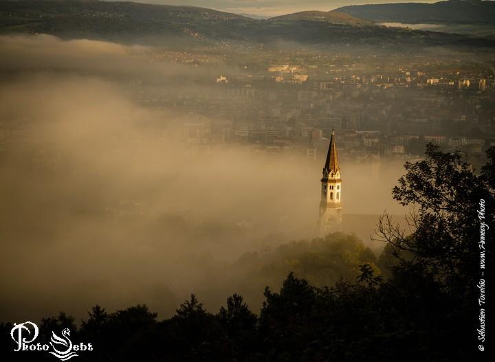 Clocher de la Basilique de La Visitation qui s'extirpe du brouillard -  - © Sébastien TORCHIO, www.Annecy.Photo